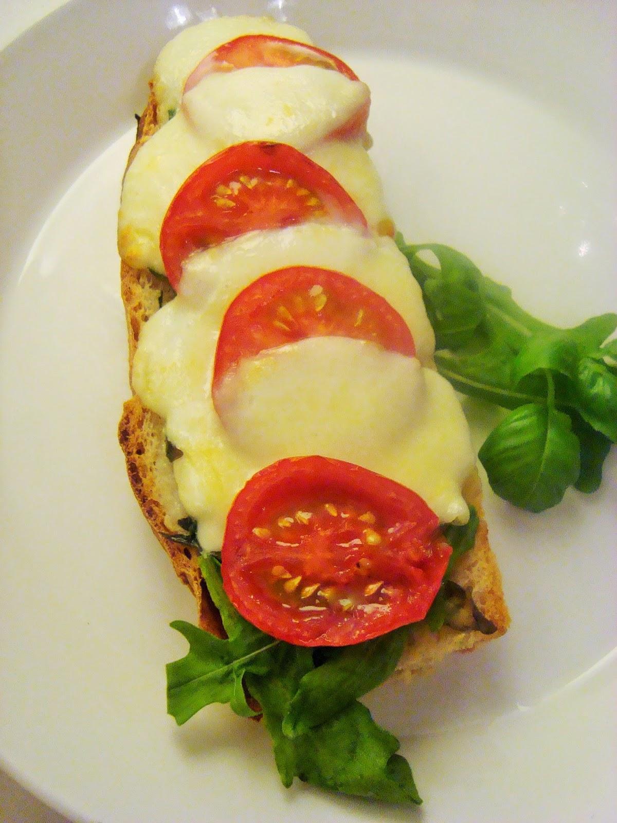 Maalaisleipä, yrttivoi, mozzarellaa ja tomaattia — Peggyn