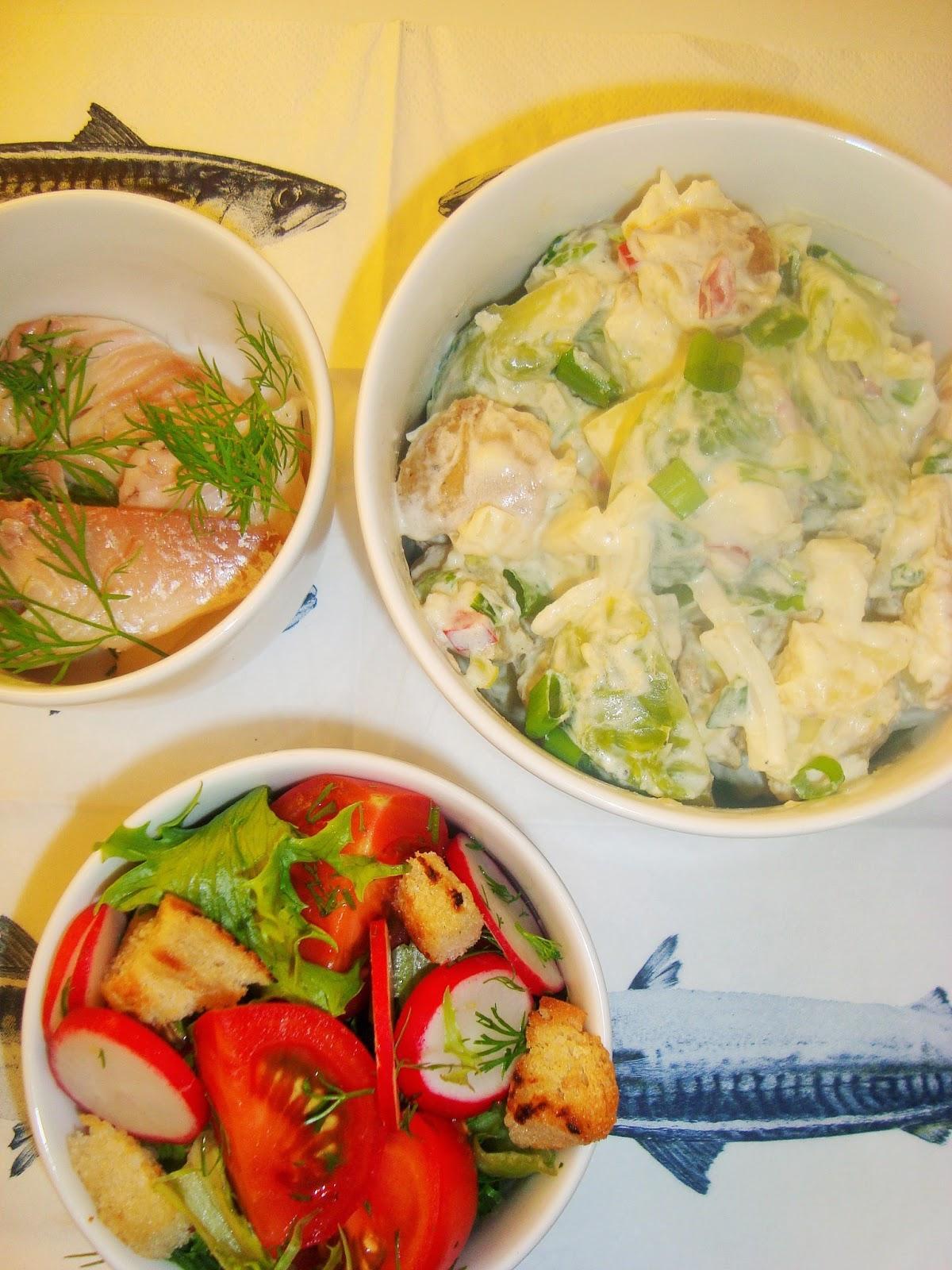 Savusiika, perunasalaatin sekä vihersalaatin seurassa